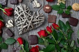 Molte le prelibatezze al cioccolato che potranno arricchire il vostro menu: dalle tagliatelle al cacao a un bel pesce con fave al cioccolato (a proposito: avete già scoperto #CioccolatoPapainCucina, la nostra rubrica di ricette al cioccolato?). Il cioccolato è ampiamente utilizzato in cucina, sia in ricette dolci che in ricette salate, ma ovviamente il punto forte del ricevimento di nozze di un matrimonio a tema cioccolato sarà lo sweet table. Con o senza una scenografica fontana di fonduta di cioccolato, ecco i nostri consigli su come allestire uno sweet table per un matrimonio a tema cioccolato:
